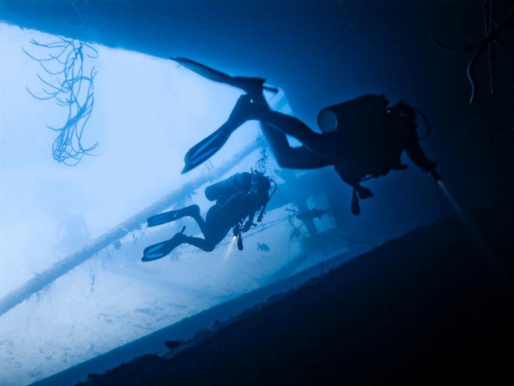 Qu'est-ce qui rend la plongée sur l'épave de Tulamben spéciale par rapport à d'autres endroits?